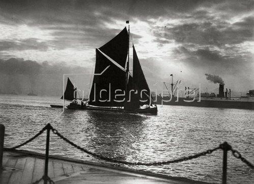 Segelboot an der Themsemündung in der Dezembersonne. Tilbury Docks, England. 15.12.1932.