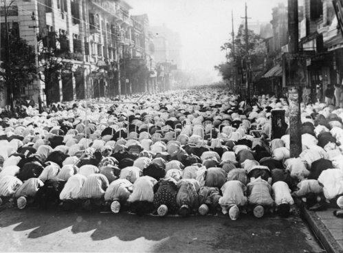 Betende Muslime auf einer Straße in Kalkutta. Photographie. 15.12.1937