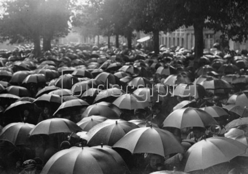 Ein Meer von Regenschirmen in Paris. Frankreich. Photographie. Um 1935.
