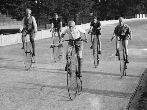 Hochradfahrer beim Training. London, England. Photographie. 4.9.1935.