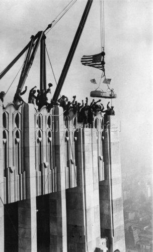 Fertigstellung des R. C. A Building, New York. Photographie. Um 1930.