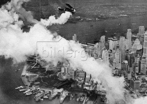 Doppeldecker Flugzeug über Manhattan. USA. Photographie. Um 1930.
