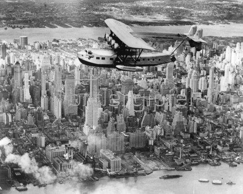 Amerikas zweitgrösstes Wasserflugzeug über Manhattan USA. Photographie. 1931.