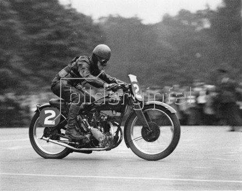 Der Gewinner der 50. Meisterschaft des Irischen Motor Racing CLub bei seiner Siegesfahrt. Photographie. 18. September 1932.