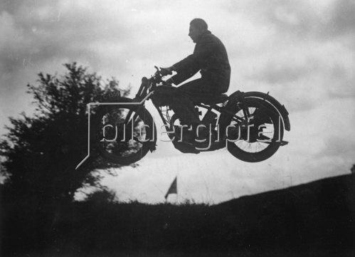 Freier Flug mit dem Motorrad. Photographie. Mai 1930.