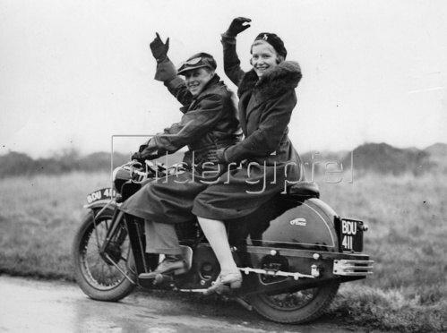 Paar auf einem Motorrad. Photographie. Um 1930.