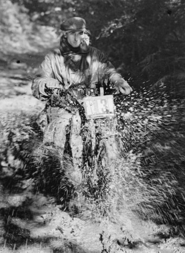 Motorradfahrer durchquert ein Schlammloch beim Rennen des Carshalton Motor Cycling Clubs. Photographie. 6. Oktober 1935.