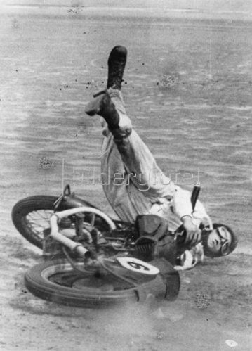 Sturz eines Teilnehmers bei den schottischen Motor Cycle Speed Championship in den West Sands bei St. Andrew. Photographie. 3. August 1937.