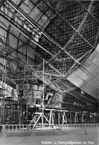 Bau der  Fahrer- und Fahrgastgondel des Zeppelin Luftschiffes LZ 127. Friedrichshafen. Photographie. 1928