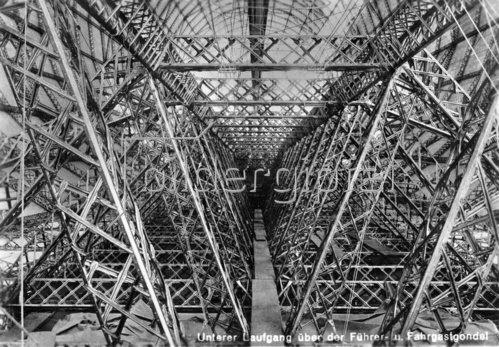 Der untere Laufgang über der Führer- und Fahrgastgondel des Zeppelin-Luftschiffes LZ 127. Friedrichshafen. Photographie. 1928