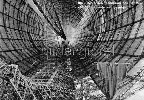 Blick von der Bugseite durch den Innenraum des im Bau befindlichen Zeppelin Luftschiffes LZ 127. Friedrichshafen. Photographie. 1928