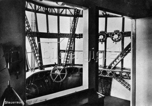 Steuerraum des Zeppelin Luftschiffes LZ 127. Photographie. 1928