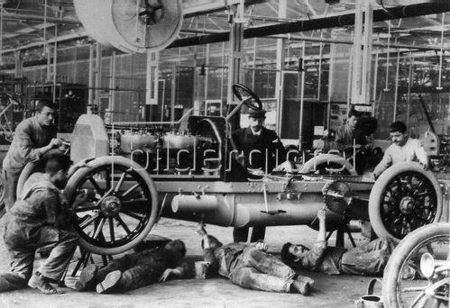 Bau eines Autos. Deutschland. Photographie. um 1910.