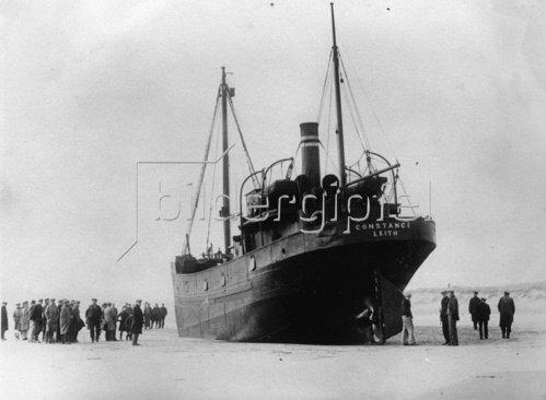 Der Frachtdampfer Constance ist vollbeladen mit Kohlen bei einem Sturm auf einer Sandbank in der Nähe von Montrose gestrandet. Photographie. Um 1930