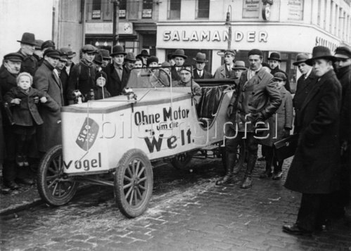 Selbstgebautes Auto mit Pedalantrieb, Berlin. Photographie. Um 1930.