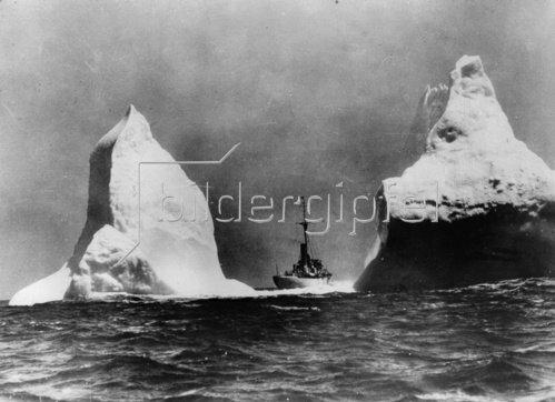 Patrouilleschiff der Küstenwache zwischen zwei Eisbergen in der Nähe der Grand Banks. Photographie. Um 1930