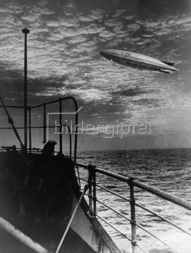 Fotomontage des britischen Luftschiff R 100 bei seinem Rekordflug über den Atlantik von Kanada nach England. Photographie. 15.8.1930.