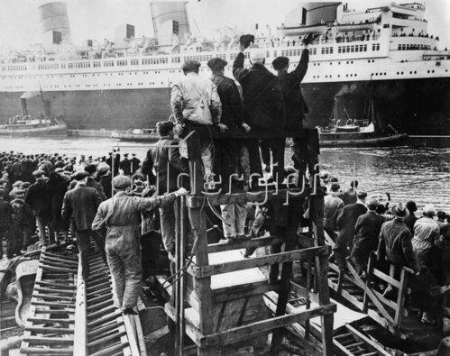 Leute verabschieden die Queen Mary. Schottland. Photographie. 24.3.1936.