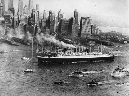 Ankunft der Queen Mary nach ihrer Jungfernfahrt in New York. Amerika. Photographie. 1936