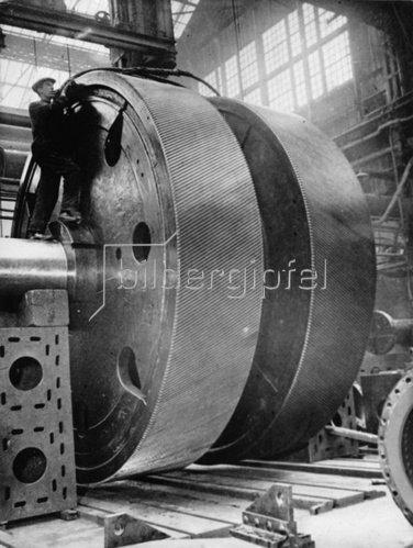 Das 78 Tonnen schwere Hauptgetrieberad der Queen Mary vor dem Einbau. Clydebank. Schottland. Photographie. Um 1934