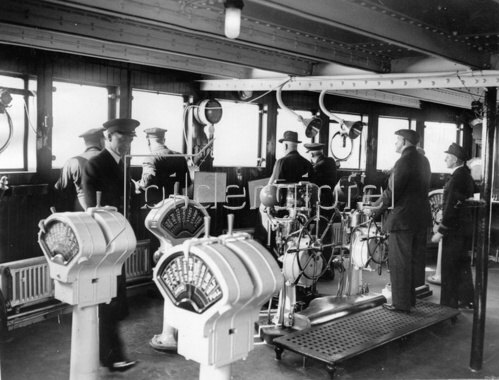 Kommandobrücke der Queen Mary bei ihrer ersten Fahrt. Schottland. Photographie. 25.3.1936.