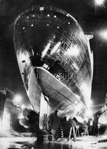 Das Passagierschiff Queen Mary im King George V. Dock in Southampton. England. Photographie. 28.3. 1936.
