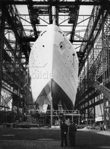 Urlauberschiff kurz vor dem Stapellauf in der Howaldt Werft in Hamburg. Deutschland. Photographie. 11.3.1938