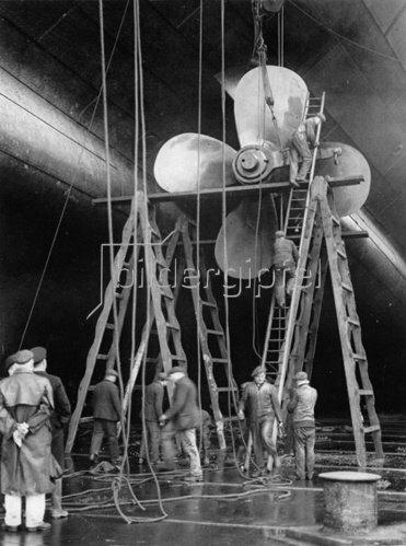 Arbeiten an der Schraube des britischen Dampfschiffes Majestic. Southampton. England. Photographie. 10.2.1931.
