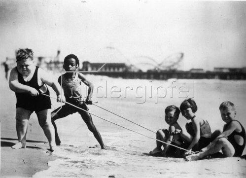 Amerikanische Kinderfilmstars am Strand. Photographie. Um 1930.