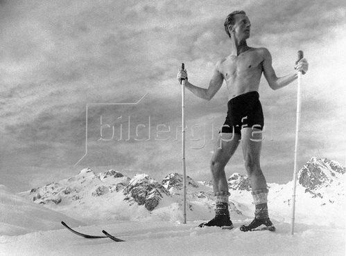 Die Verbindung von Skifahren und Sonnenbad ist eher etwas für harte Jungs. Schweiz. Fotografie 1931