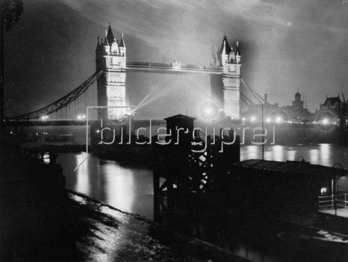 Die Tower Bridge in nächtlicher Beleuchtung anlässlich des Internationalen Beleuchtungskongresses. London. England. Photographie. 29.8.1931.