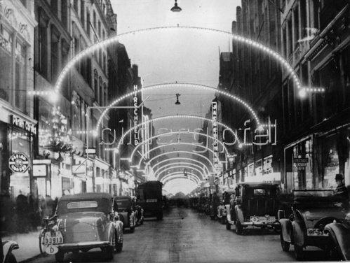 Hamburger Einkaufsstrasse Neuer Wall mit Weihnachtsbeleuchtung.  Photographie. Deutschland. Um 1933.