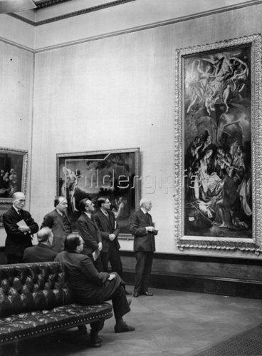 Besichtigung der Ausstellung Europäische Kunst aus dem 17. Jahrhundert in der Royal Academy. England. Photographie. 30.12.1937.