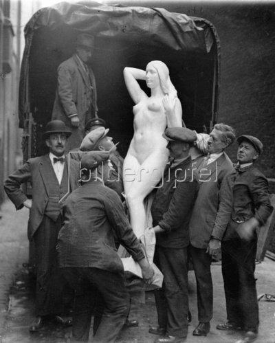 Arbeiter heben ein Frauenskulptur von einem Lastwagen. Die Skulptur ist eines von 18.000 Werken, die für die Aufnahme in die Royal Academy eingereicht wurden. England. Photographie. 1929.