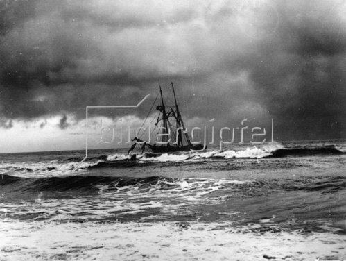 Ein gestrandeter Schoner vor Newcastle, County Down. Photographie. 1931.
