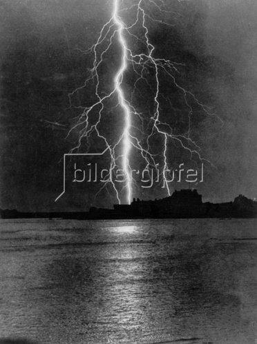 Gewitter über dem Meer. England. Photographie. Um 1935.
