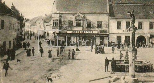 Hauptplatz in Eggenburg, Niederösterreich, Österreich. Photographie. Um 1890.