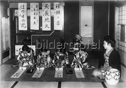 Schreibunterricht für Mädchen in Japan. Photogrpahie. Um 1935.