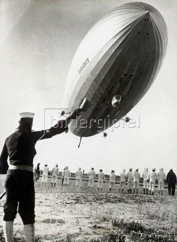Das Bodenpersonal macht sich bereit für die Landung des Luftschiffes Hindenburg . Photographie. Um 1935.