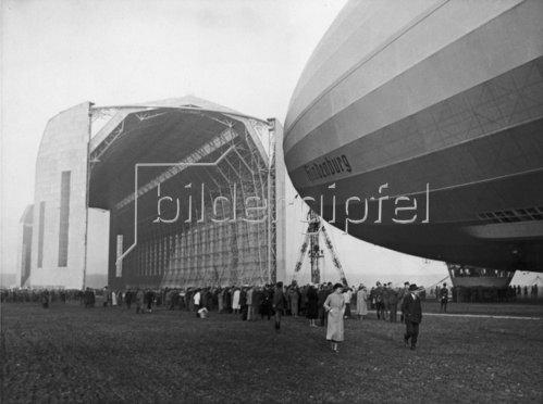 Das Luftschiff Hindenburg auf dem Zeppelinflughafen Rhein-Main. Photographie. 14. Mai 1936.