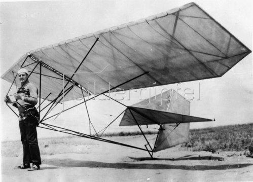 Der Erfinder Bob Morse mit seinem neuen Segelflieger. Photographie. Um 1935.