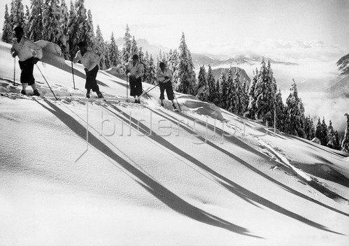 Skipartie in einer Winterlandschaft, um 1935