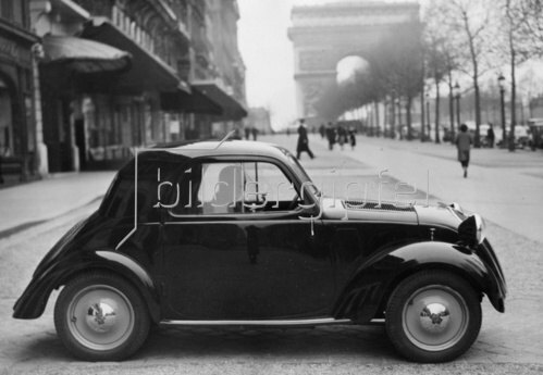 Automobil von Steyr-Daimler-Puch vor dem Arc de Triumphe in Paris. Frankreich. Photographie. Um 1936.