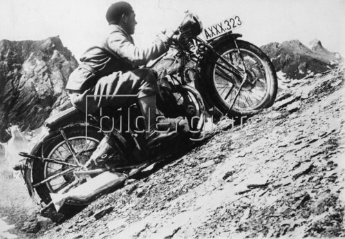 Herbert Sartorius bei den letzten Metern zum Höhenweltrekord für Motorräder über 2800 Meter auf dem Grossglockner. Österreich. Photographie. 1.12.1930