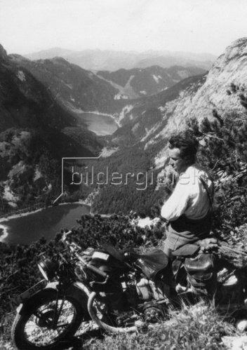 Ein Motorradfahrer geniesst während einer kurzen Rast den Blick auf die drei Gosauer Seen. Oberösterreich. Österreich. Photographie. Um 1935.