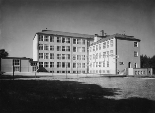 Hauptschule der Stadt Wien Otto-Glöckel-Schule  im 13. Bezirk, Veitingergasse 9. Gartenfassade. Erbaut 1933/34. Photographie. 1934