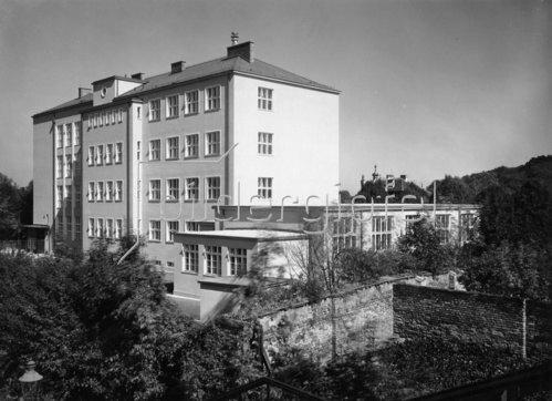 Hauptschule der Stadt Wien Otto-Glöckel-Schule  im 13. Bezirk, Veitingergasse 9. Erbaut 1933/34. Photographie. Um 1950.