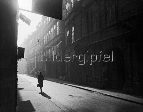 Eine Straße in Wien. Photographie. um 1930.