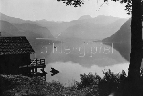 Blick über einen See. Photographie. Um 1935.
