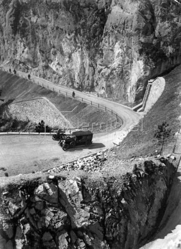 Mautstraße auf die Hohe Wand. Niederösterreich. Photographie. Um 1935.